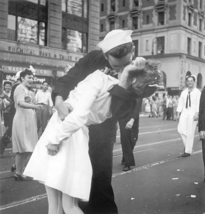 """二战胜利在美国纽约时报广场热吻护士 """"胜利之吻""""水兵George Mendonsa95岁离世"""
