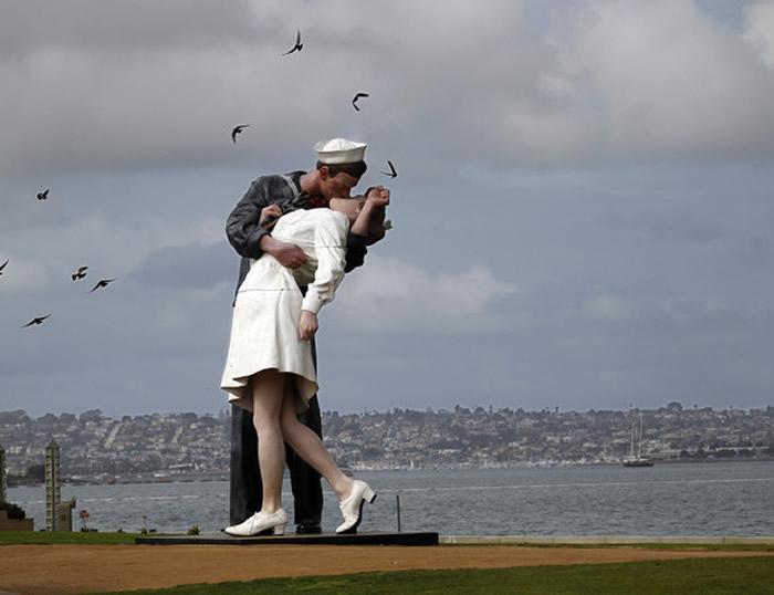 「胜利之吻」雕像,位于加州圣地牙哥。
