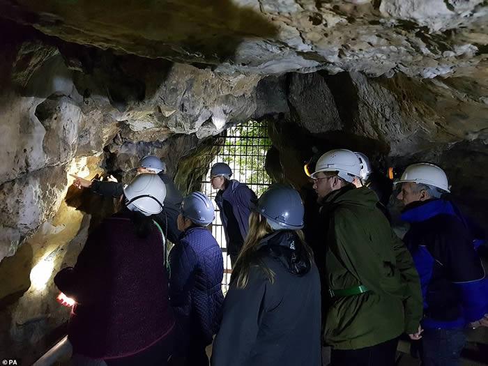 """英国诺丁汉郡克雷斯韦尔悬崖6万年洞穴壁画现数百涂鸦 古人驱邪的""""女巫记号"""""""
