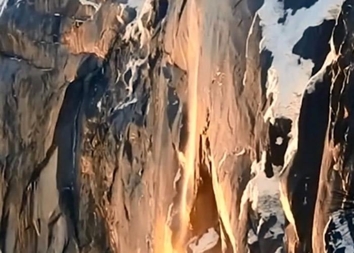 """美国加州优胜美地国家公园惊现壮观""""火瀑"""" 如熔岩倾泻而下"""