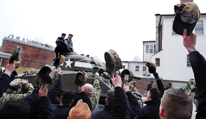 不少市民和军人向在坦克上的斯莫耶致敬。