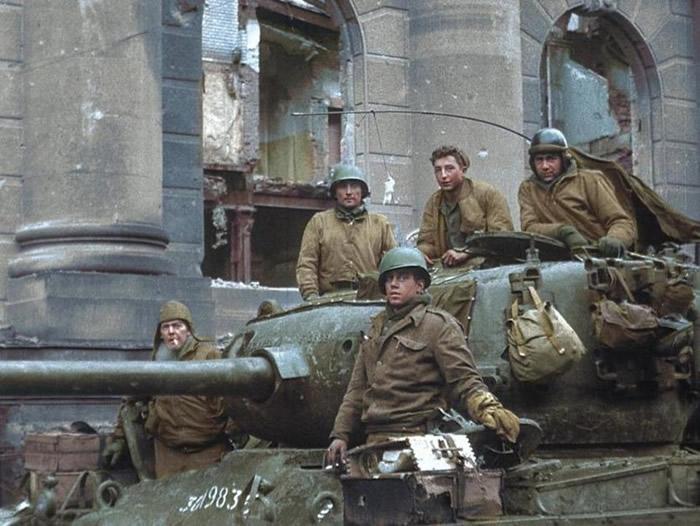 斯莫耶(上中)在科隆教堂坦克战立下大功。