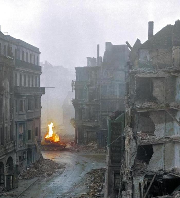 斯莫耶与同袍在科隆教堂坦克战摧毁德军的黑豹坦克。