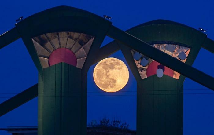 满月出现在德国其中的桥柱之间。