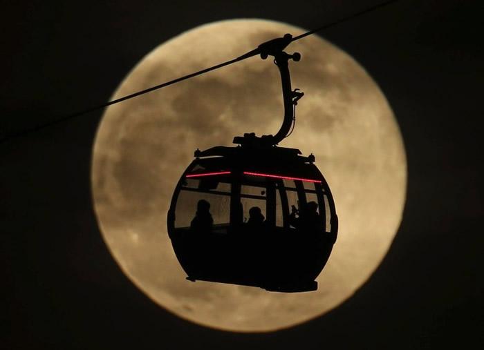 位于英国伦敦的缆车与月亮互相衬托。