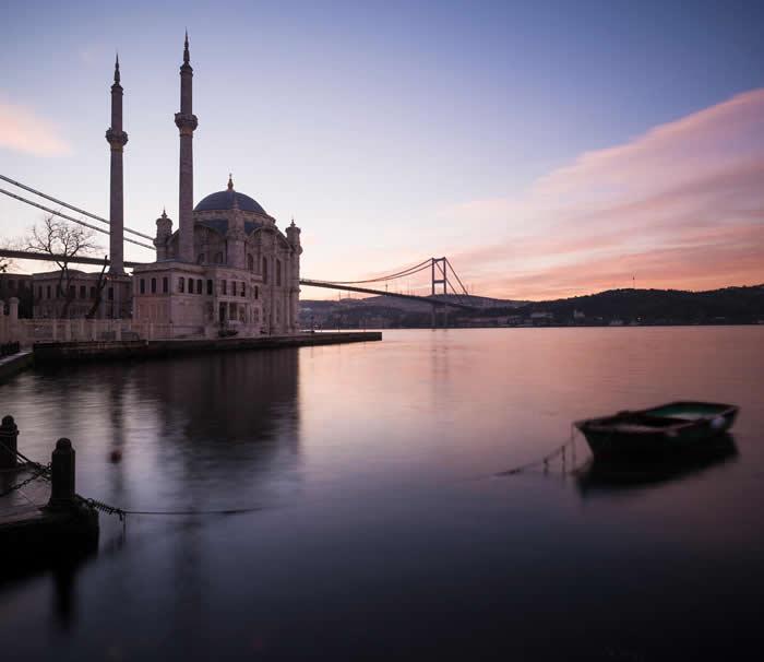 黎明为土耳其伊斯坦堡的奥塔科伊清真寺洒上玫瑰色的光辉。 附近马摩拉海里的钻孔,揭露了土耳其地底最新的缓慢滑移事件。 PHOTOGRAPH BY ROBERT H