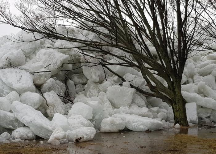 """暴风吹袭美国东岸 多地出现""""冰海啸""""奇景"""