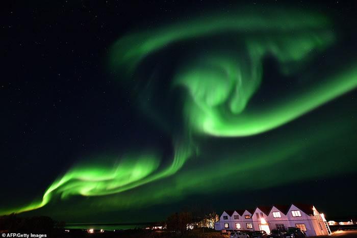 北极光照亮了冰岛东南部的天空。