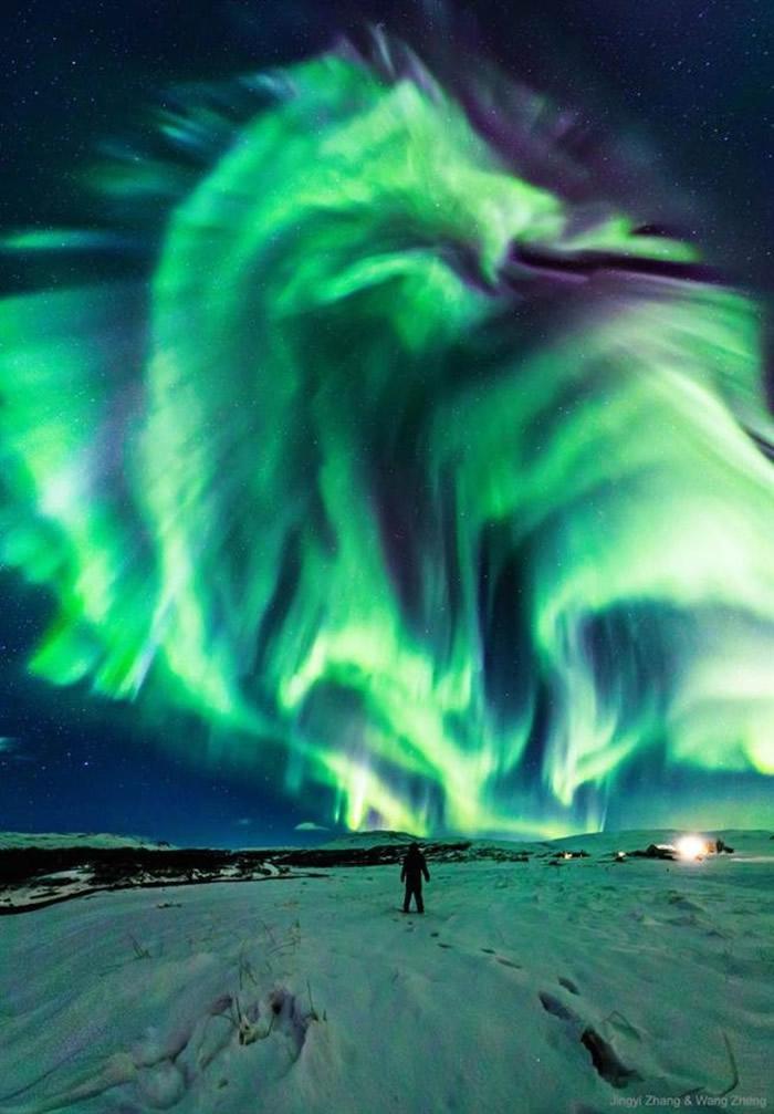 """澳洲华裔张静怡在冰岛拍下震撼""""巨龙""""极光照获NASA分享"""