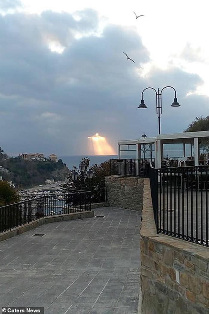 意大利阿戈波利镇天空惊见万丈光芒耶稣像