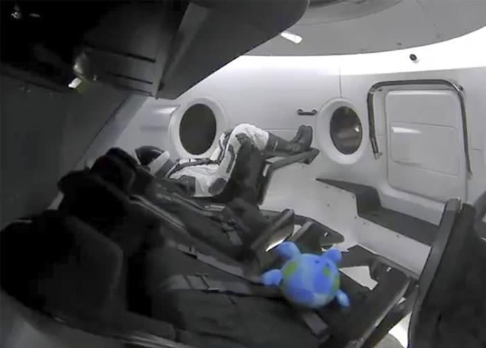 Crew Dragon载有一个假人作测试。
