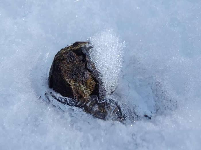 英国考察队用军用探雷器在南极发现36颗铁陨石