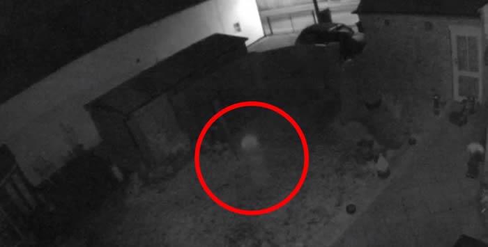 """英国林肯郡百年古老大宅后花园屡传怪声 监控视频拍到""""透明小童""""半夜到处游荡"""
