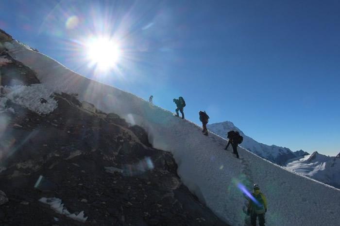 梅乐迅速超越吐着舌头气喘吁吁的登山队员们。