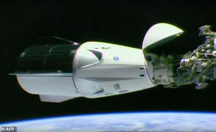 """脱离国际空间站的美国最新型""""龙-2""""飞船已经成功在大西洋降落"""
