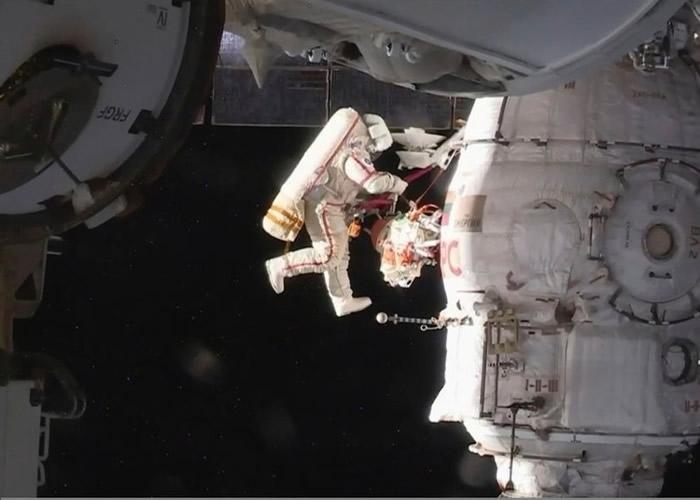 宇航员在宇宙空间漫步,为空间站进行维修。