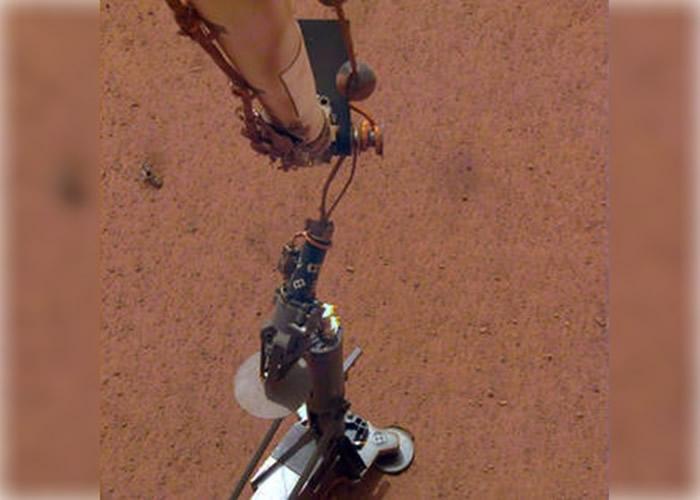 """""""洞察号""""着陆器将鼹鼠设置于火星地表。"""