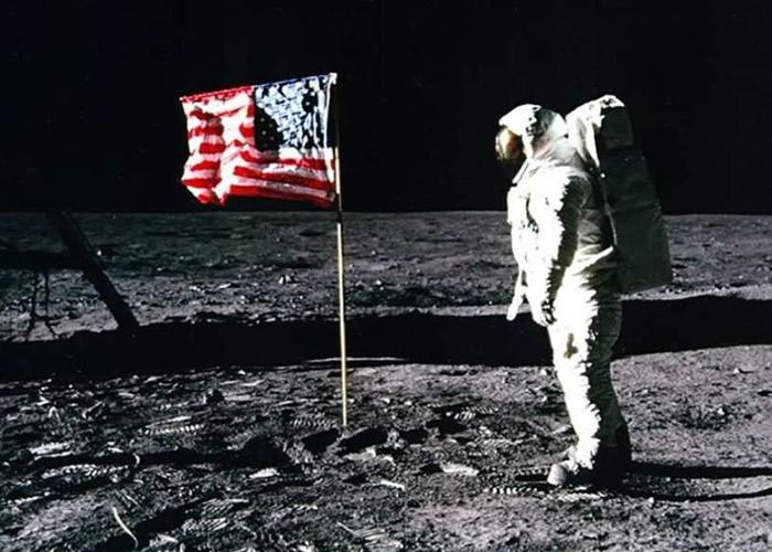 美国宇航员在1969年成功登月。
