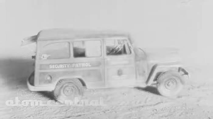 冷战时美国在内华达州核试高清片段曝光 汽车油漆瞬间汽化变黑烟