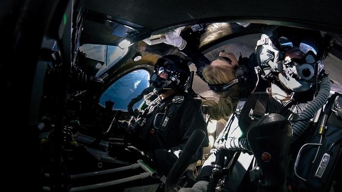 贝丝. 摩西斯(中)在今年2月22日,搭乘维珍银河(Virgin Galactic)公司的宇宙飞船进行太空飞行,当时他们正处于微重力状态。 PHOTOGRAPH