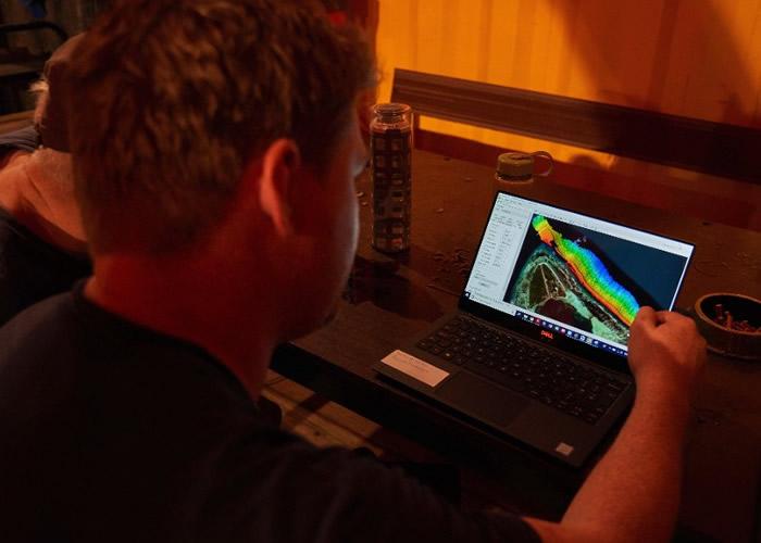 研究人员采集数据建立声纳图像。