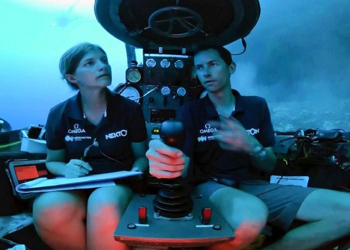 潜水艇可载两个研究人员。