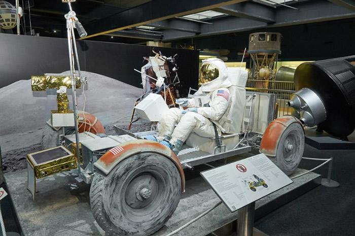 阿波罗17号登月时所用的探测车。