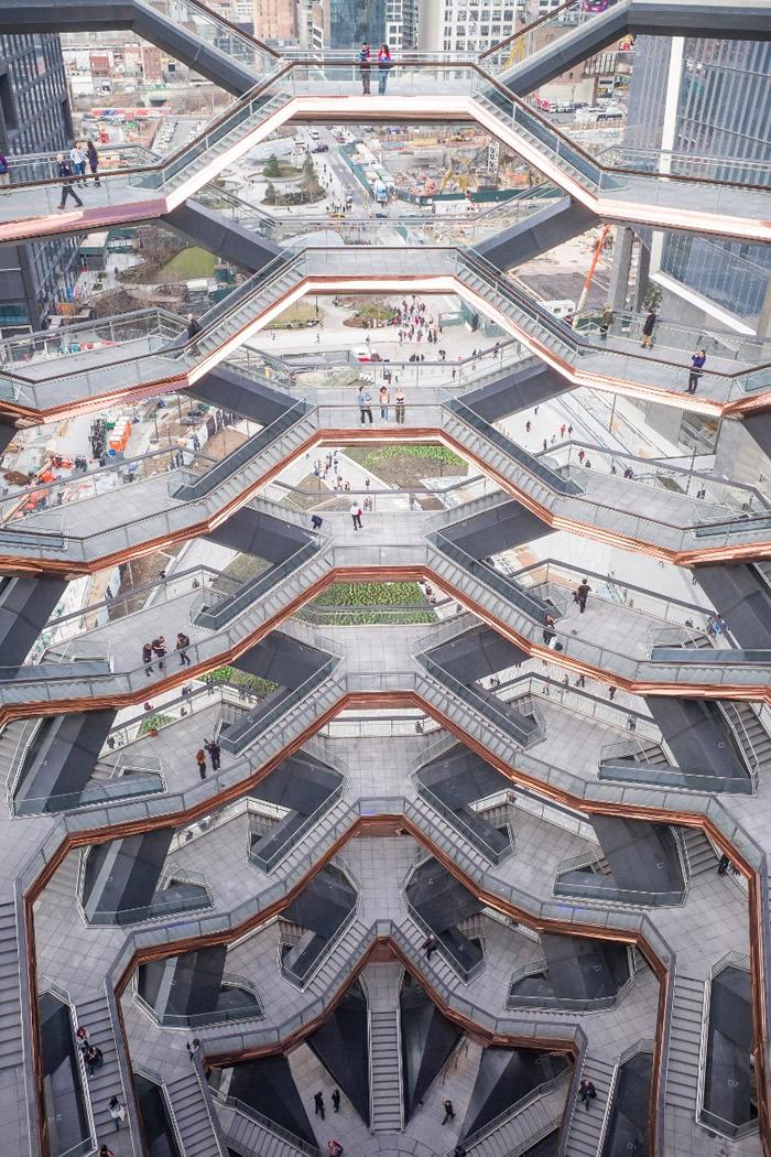 这幢建筑犹如倒三角,由多级环形连接的阶梯组成。