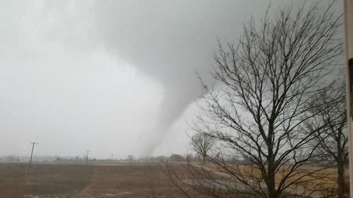 美国密歇根州遭4个龙卷风先后袭击 吹翻汽车房屋受损