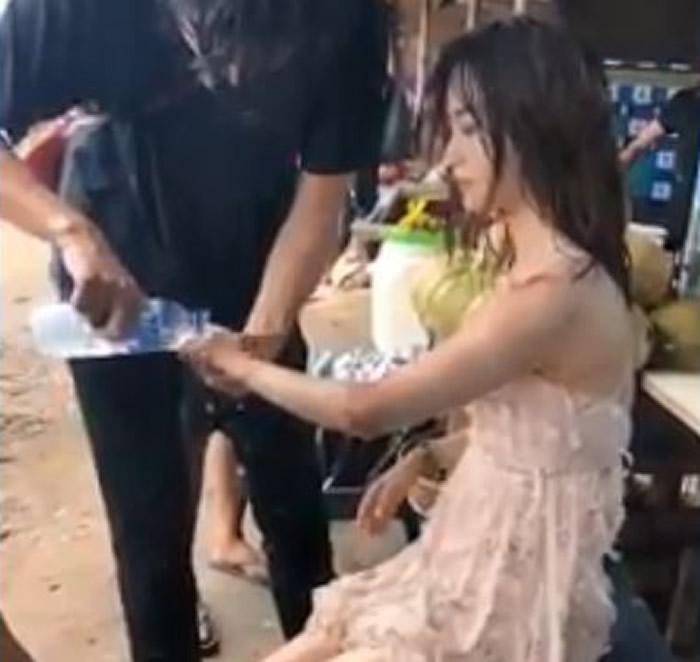 """印尼女子到峇里岛知名景点""""伦邦岸岛""""拍照时惨遭巨浪袭击瞬间被吞没"""