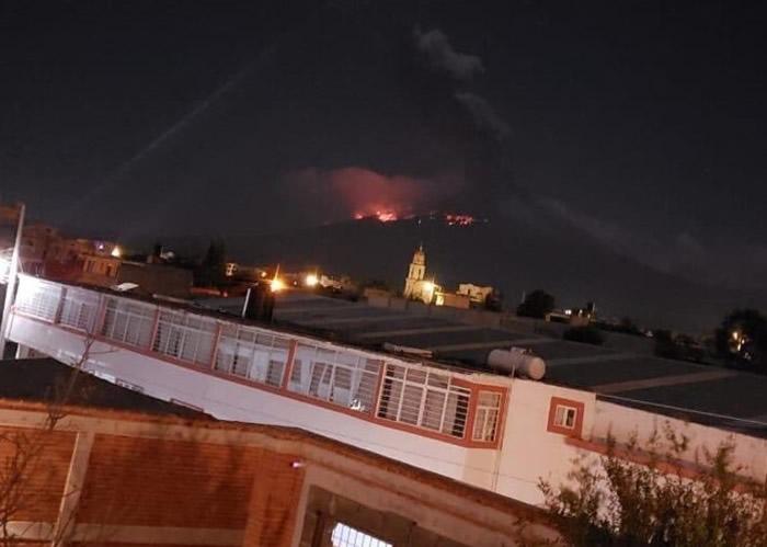 火山爆发的耀眼红光,在远处仍清楚可见。