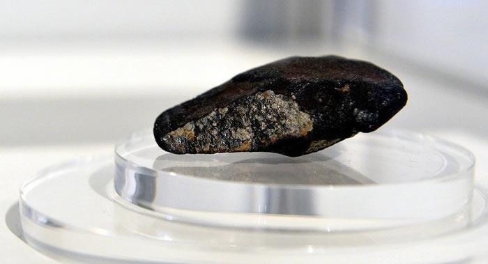 """科学家研究由于陨石撞击形成""""太空""""钻石的特性"""