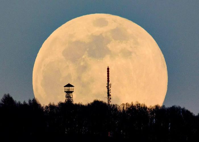 从匈牙利看到的超级月亮通透皎洁。