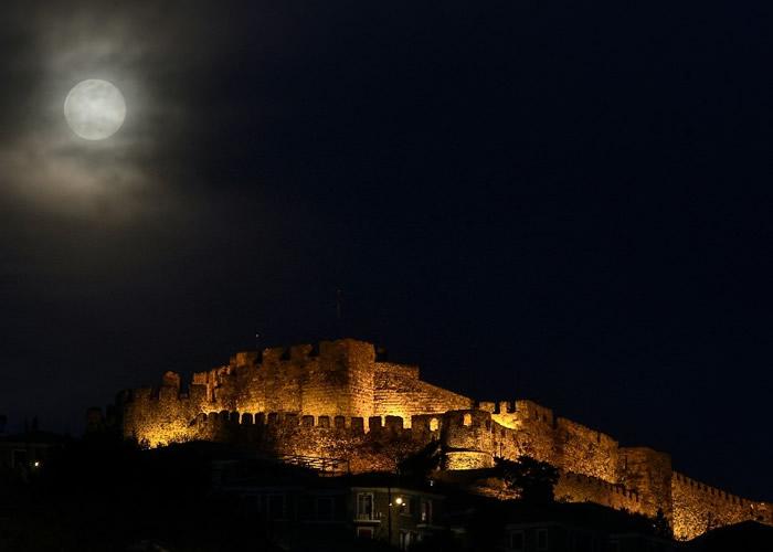 希腊上空的月亮袅袅上升。