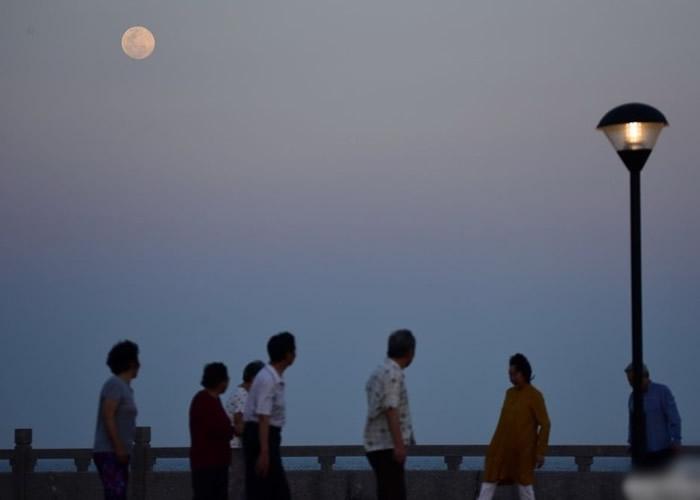 超级月亮高挂海南琼海的高空。