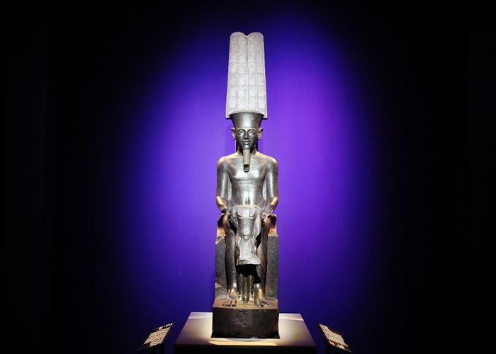 图坦卡门墓中的雕像亦是展品之一。
