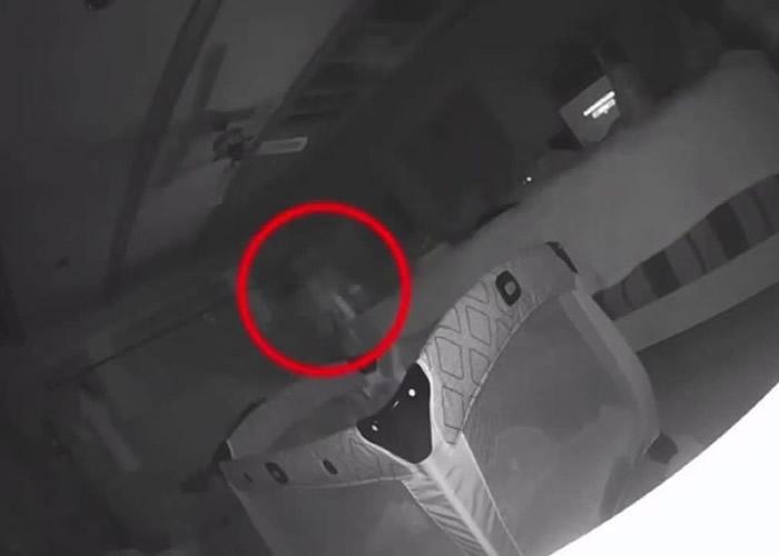 """监察录影机拍到一名""""男子""""(红圈)在婴儿床边徘徊。"""