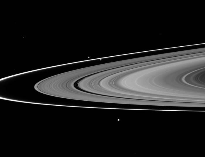 卡西尼飞船贴近土星环卫星的飞越
