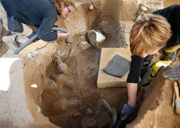 专家在古墓挖出珍贵的陪葬品。