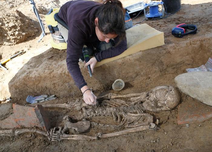 相信该具古尸生前是一名高级官员。