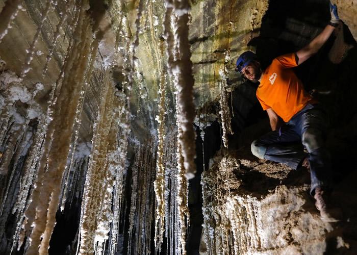 洞内布满盐钟乳石。