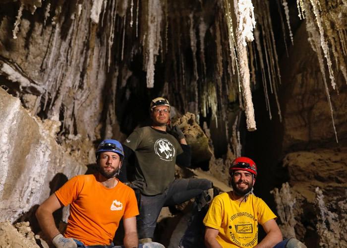 奈格夫(中)与众人完成了探险任务。