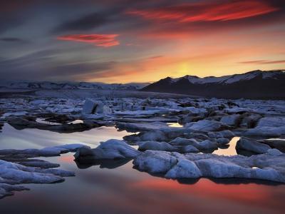 """阳光映照散落黑沙滩 冰岛冰河湖如""""钻石沙滩"""""""