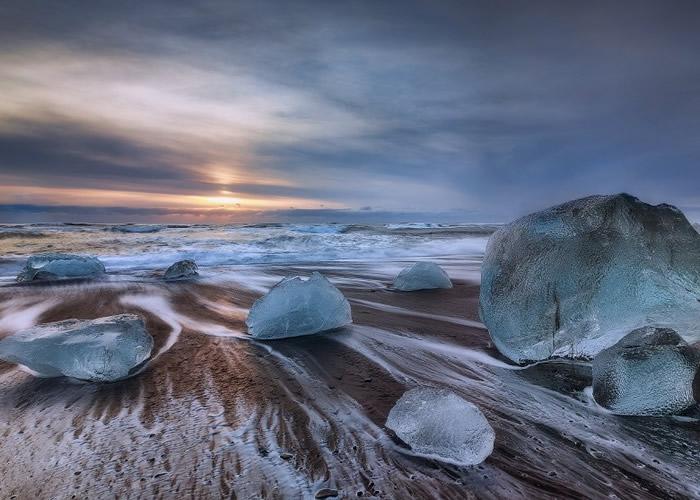 随冰川瓦解崩塌下来的冰块,在海浪冲刷下显得白净剔透。