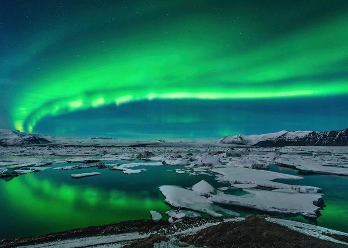 北极光下的冰河湖美景更加震撼迷人。