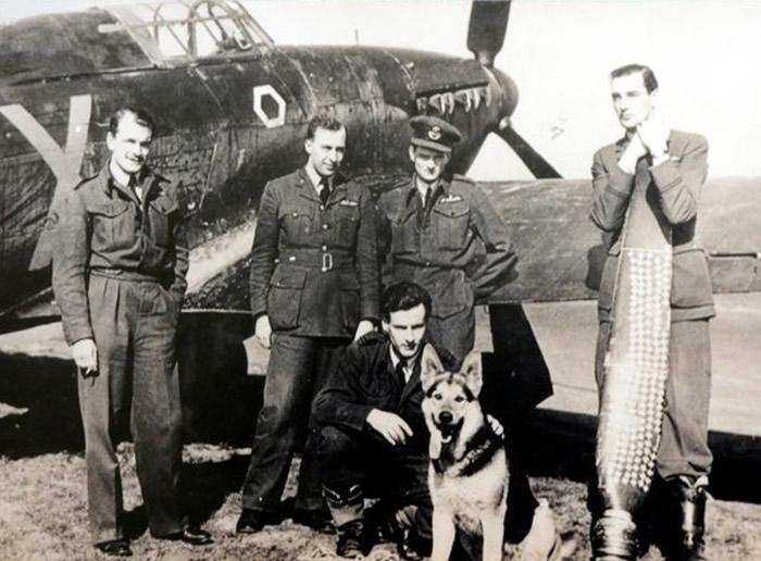 海明威(左一)当年与战友在其战机前留影。