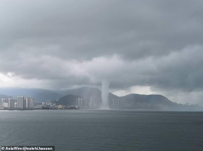 """马来西亚槟城遭到巨大""""海上巨塔""""水龙卷侵袭"""