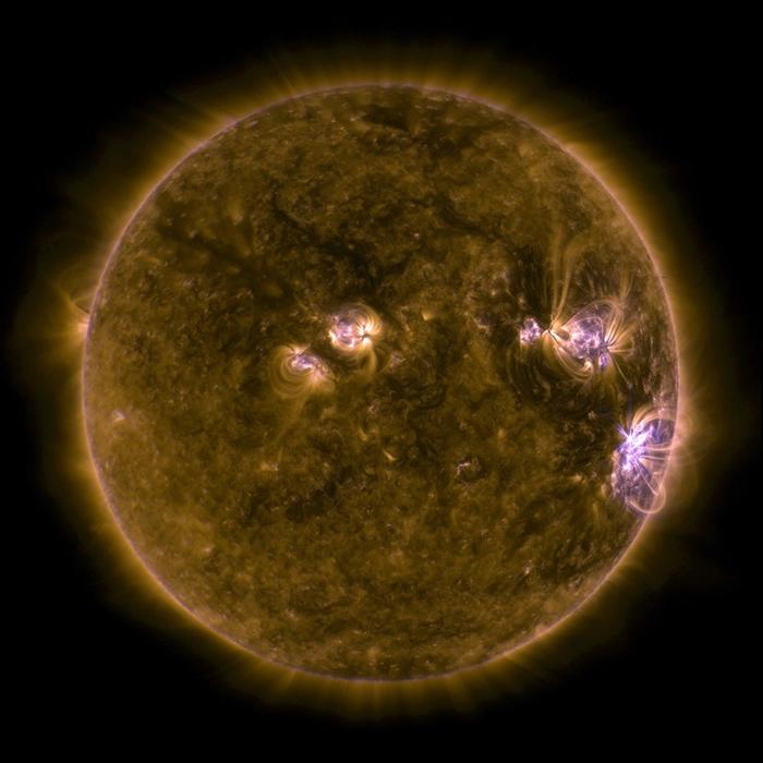这张影像是由美国航天总署(NASA)太阳动力学天文台(Solar Dynamics Observatory,简称SDO)在2017年9月所拍摄的太阳紫外线影像,