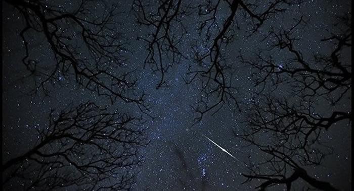 俄罗斯克拉斯诺亚尔斯克居民称在夜空中看到不明发光球体
