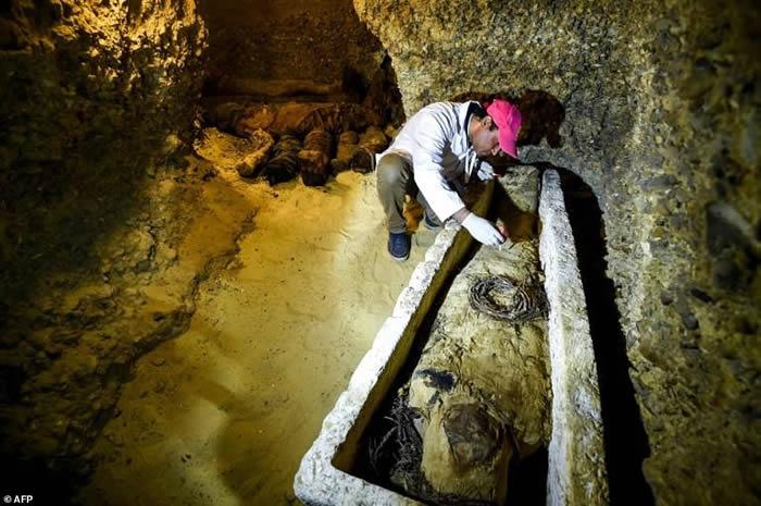 """美国探索频道深入埃及古墓现场直播""""开棺秀"""" 呈现2500年前大祭司棺木"""